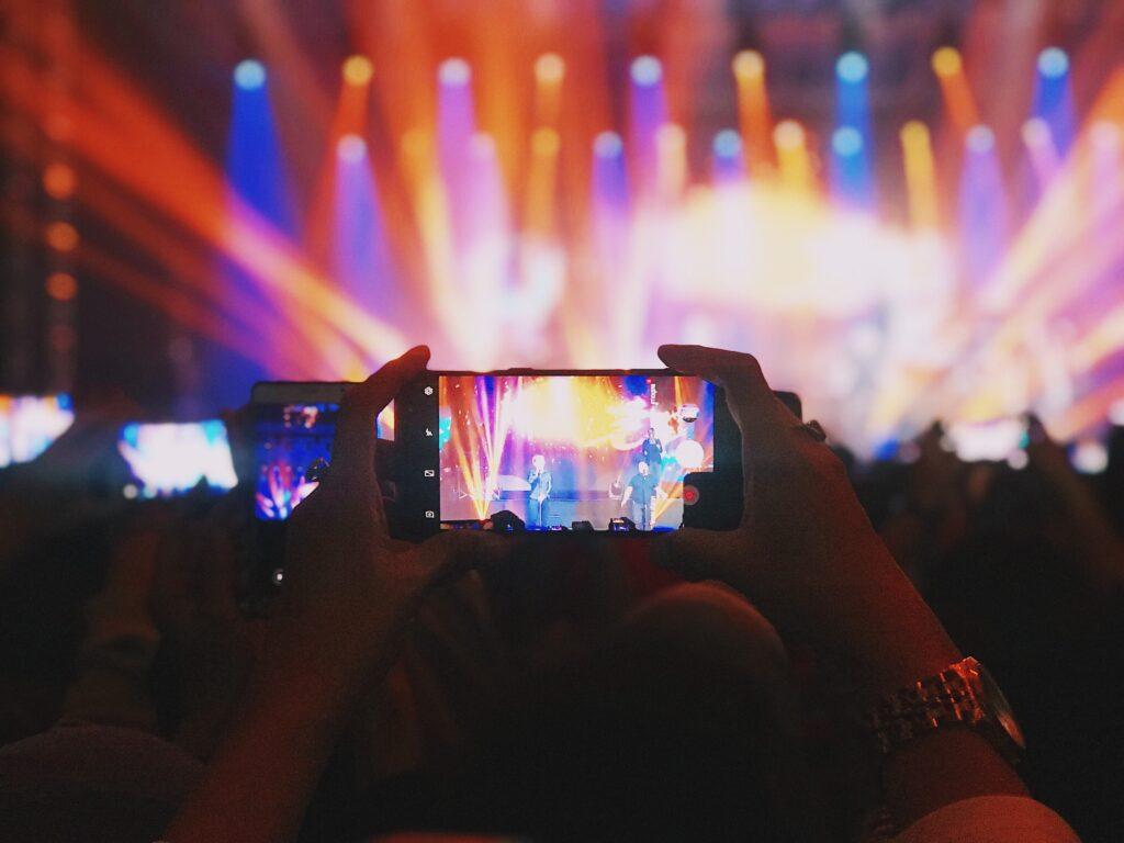 示意圖:疫情期間實體活動銳減,娛樂事業也面臨數位轉型,突破以往模式,將演唱會改至線上直播。